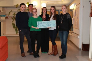 Vasemmalta oikealle: Jesse Oikarinen, Aleksi Karppinen, Sofia Härkönen, Virve Valtonen, Heta Häkkinen ja Saana Vahvelainen. Kuvasta puuttuvat Alli Tiensuu, Sonja Julkunen ja Erkki Rasi.